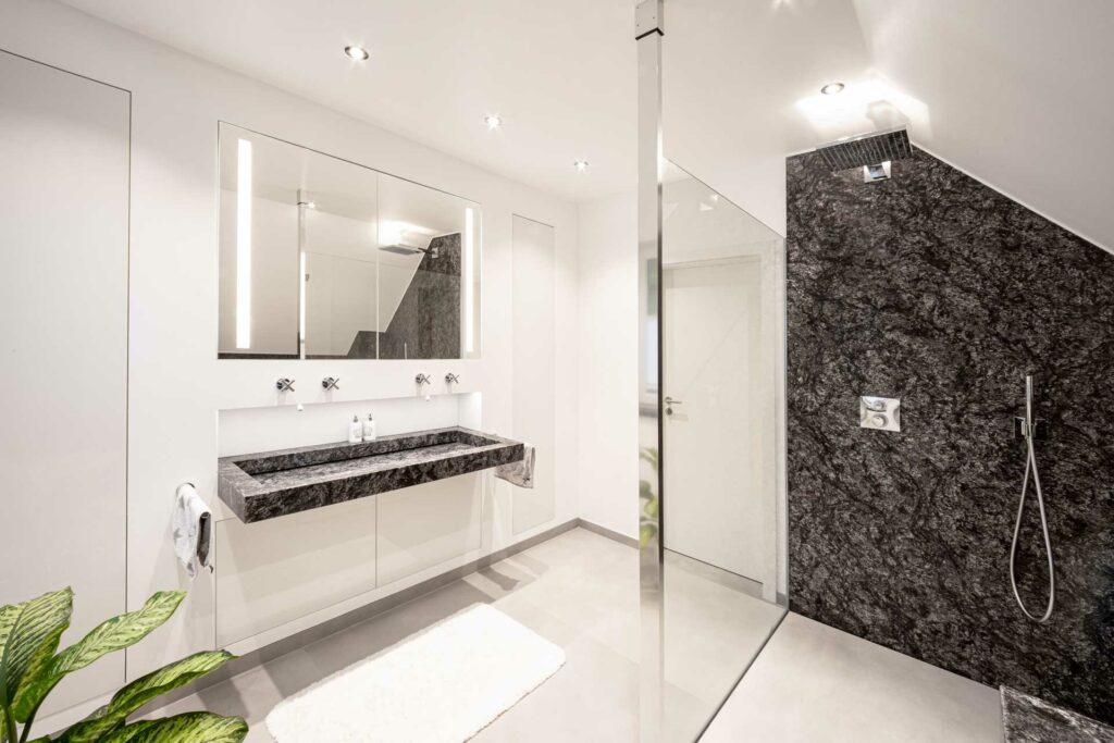 Badezimmer mit Kosmus A und Keramik im Großformat