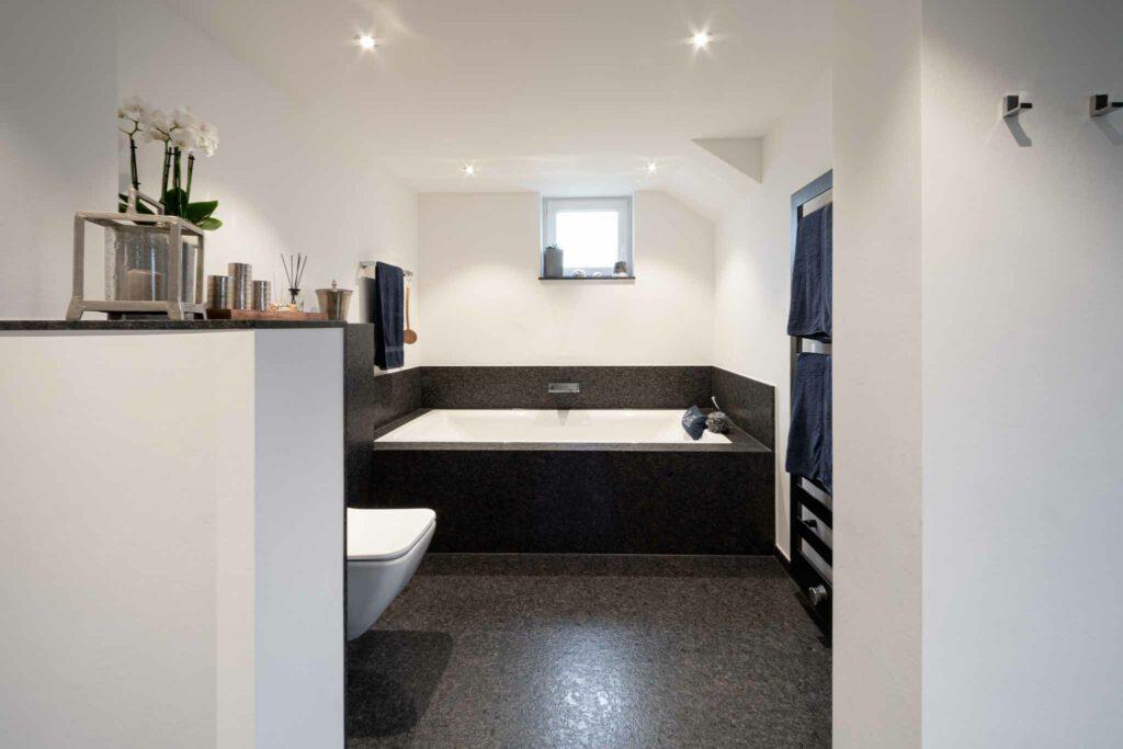 Badezimmer mit Badewanne aus Naturstein Steel Grey